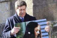 El padre de Diana Quer sostiene una imagen de su hija durante un acto de agradecimiento al pueblo gallego en febrero de 2018