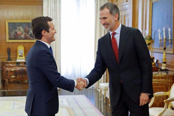 Saludo del Rey y Pablo Casado en la ronda de consultas que se celebra en el palacio de La Zarzuela.