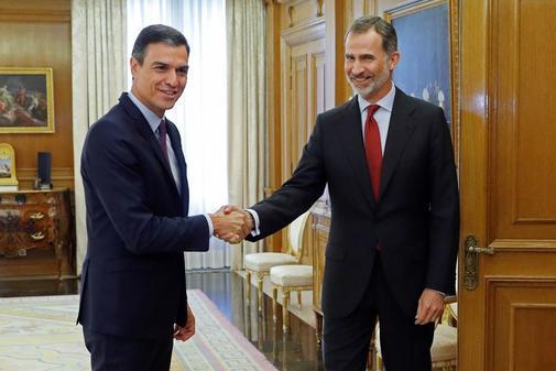 Pedro Sánchez saluda a Felipe VI durante su encuentro en Zarzuela