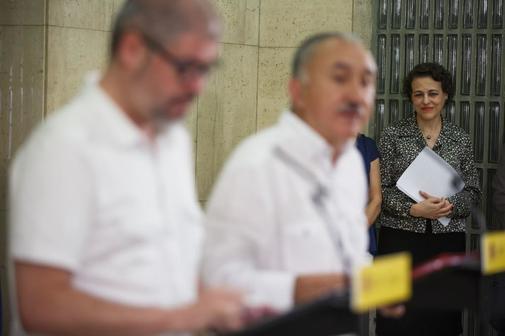 La ministra de trabajo, Magdalena Valerio, escucha a los secretarios generales de UGT, Pepe Alvarez , y de Comisiones Obreras, Unai, Sordo, en un acto el pasado mes de julio.