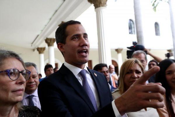 AME9955. CARACAS (VENEZUELA).- El presidente de la Asamblea Nacional de Venezuela, <HIT>Juan</HIT> <HIT>Guaidó</HIT> (c), ofrece declaraciones luego de que la prensa lograra entrar al Palacio Federal Legislativo este martes, en Caracas (Venezuela). Luego de varias semanas de bloqueo por parte de la Guardia Nacional Bolivariana (GNB), y con la ayuda de varios diputados, miembros de la prensa local e internacional lograron entrar al Palacio Legislativo para cubrir la sesión plenaria de la Asamblea Nacional, de mayoría opositora, que debatirá este martes la emergencia humanitaria en Venezuela.