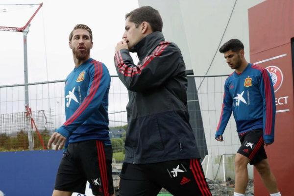 Ramos, con el ayudante de Luis Enrique, Roberto Moreno.