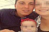 El asturiano Miguel Álvarez, de 32 años, junto a su esposa Alba y su hija Lara.