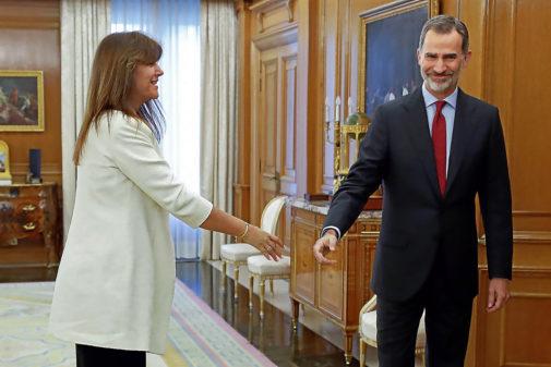 Laura Borrás saluda al Rey Felipe VI en Zarzuela