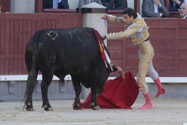 López Simón se lanza a matar a  'Garabito I' a cuerpo limpio tras tirarle la muleta al hocico.