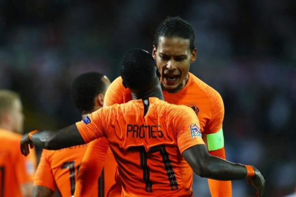 Van Dijk felicita a Promes por su gol a Inglaterra.