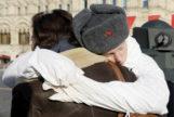 Un cadete abraza a su madre después de un desfile militar, en la Plaza Roja de Moscú.