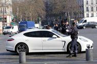 Policías franceses paran un coche en un control anticontaminación en París.