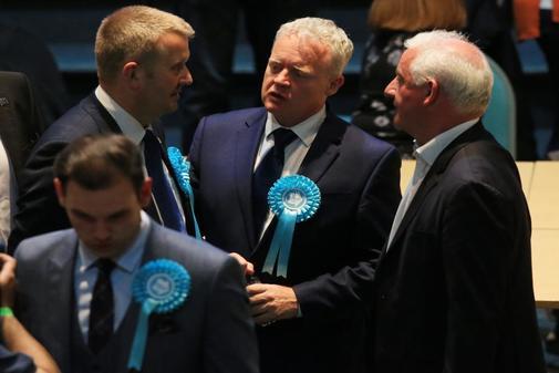 Mike Green (C) del Partido Brexit se reúne con miembros del partido...