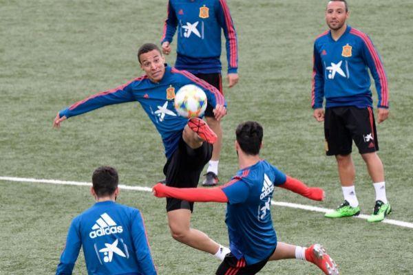 Rodrigo Moreno en el entrenamiento en Islas Feroe antes del partido de clasificación para la Eurocopa 2020
