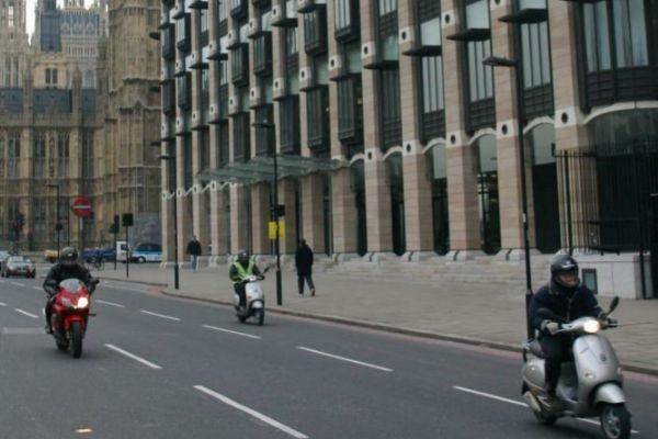 Tráfico fluido en una calle del centro de Londres.