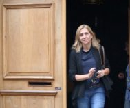 Doña Cristina saliendo de su casa de Ginebra