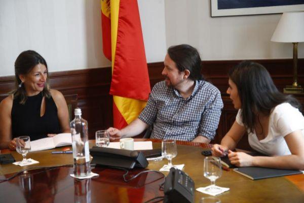 Pablo Iglesias e Irene Montero charlando con Yolanda Díaz, en la reunión de los partidos que conforman Unidas Podemos.