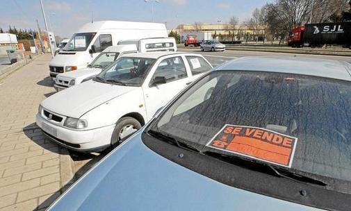 Vehículos a la venta en la calle.
