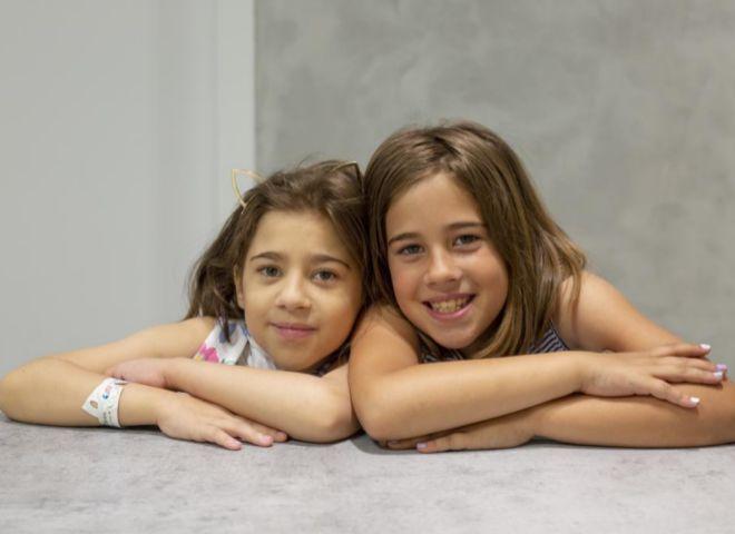 Natalia, a la izquierda, junto a su gemela, Silvia. Ambas de nueve años.