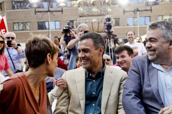 Pedro Sánchez, junto a la candidata del PSN en Navarra, María...