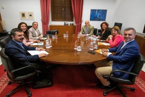Dirigentes del PP-A, entre ellos Bendodo, en la mesa negociadora de pactos municipales en Andalucía con representantes de Ciudadanos.