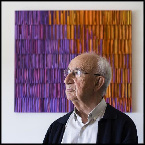 Márquez Reviriego, fotografiado en el salón de su casa junto a una...