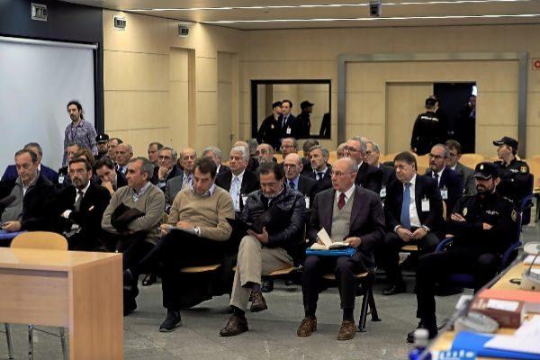 Rodrigo Rato y el resto de acusados por la salida a Bolsa de Bankia durante la primera sesión del juicio en la Audiencia Nacional.