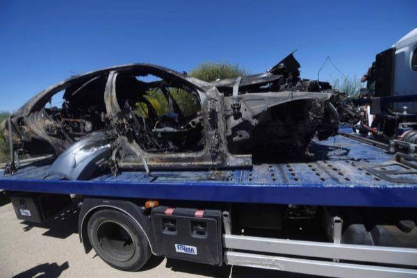 El coche que conducía Reyes supuestamente a casi 240 km/h quedó completamente calcinado después del accidente..