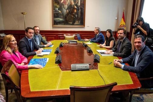 Reunión entre los equipos negociadores de PP y Vox