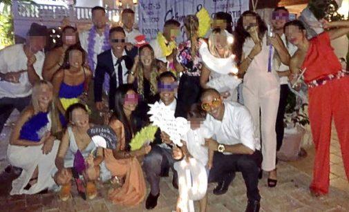 Parte de la familia Aranda durante una boda en Málaga en 2016. En primer plano, con gafas llamativas y un reloj de oro, está el ex futbolista Carlos Aranda.