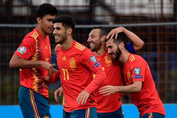 Los jugadores españoles felicitan a Gayá por su gol.