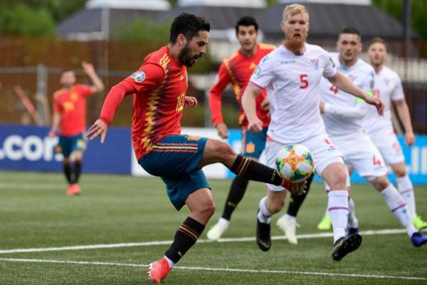 Isco controla el balón durante el partido ante Islas Feroe.