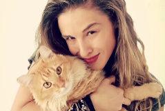Malena Contestí posa junto a su gato