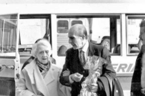 María Zambrano y Jaime Salinas, en el aeropuerto de Barajas en 1984.