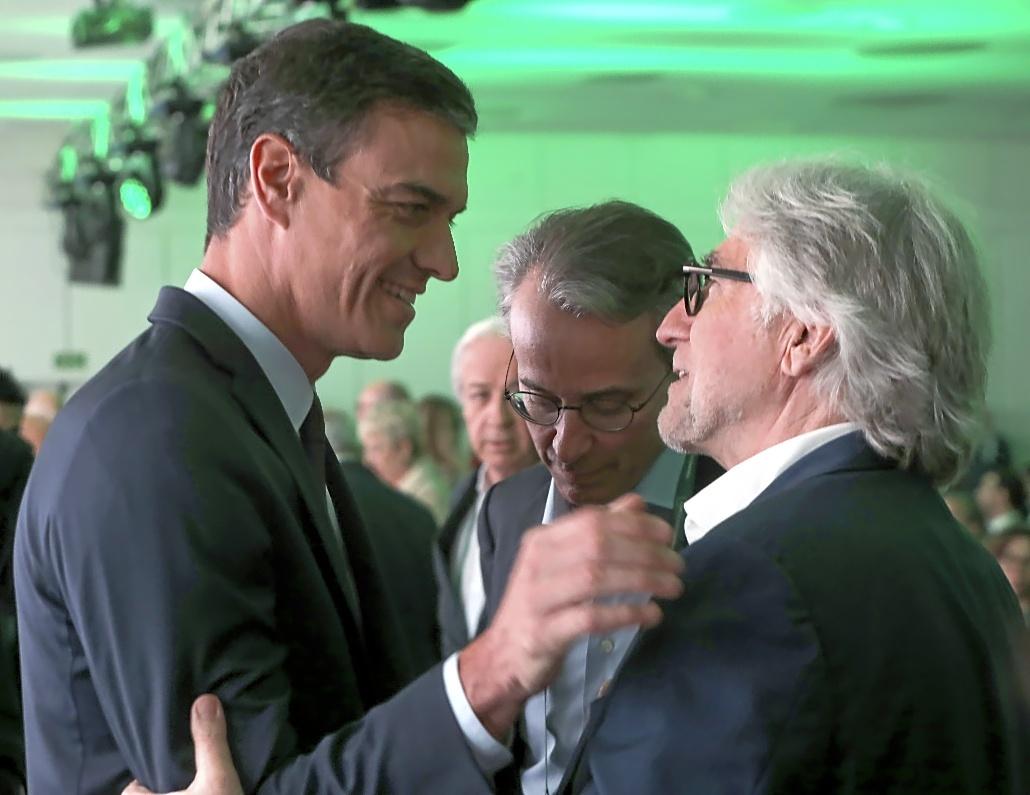 Pedro Sánchez saluda al presidente de la patronal catalana, Josep Sánchez Llibre, durante el último foro de Sitges. En el centro, Javier Faus.