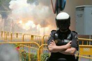 Un agente de la Policía durante la mascletà