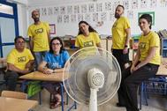 Los representantes de la plataforma Escuela de calor, en un aula del colegio Huerta del Carmen de Sevilla.