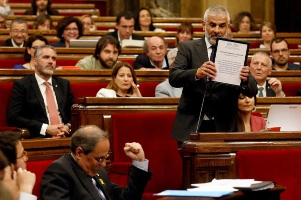 Imagen de un pleno del Parlament con Cs interpelando a Torra