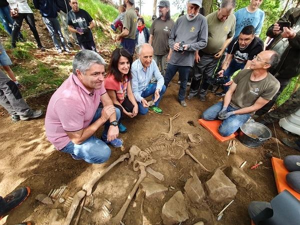 Erkoreka y Ezenarro junto a los restos del gudari.