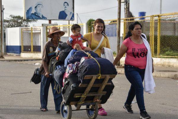 Una familia venezolana atraviesa la frontera con Colombia.