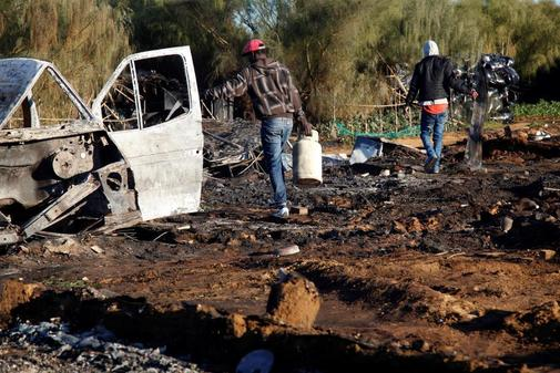 Dos inmigrantes salvan lo que puedan del incendio que en enero quemó el asentamiento donde vivían en Lepe.