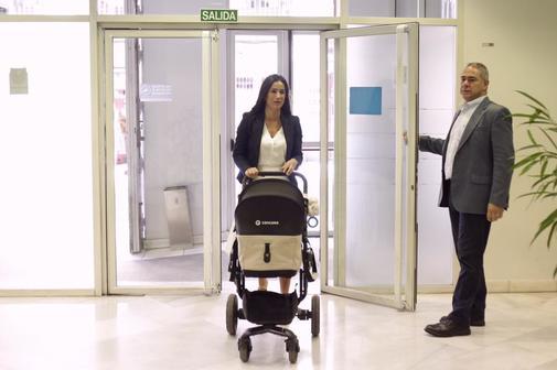 La candidata de Cs, Begoña Villacís, empuja el carrito de su hija.