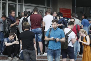 Periodistas apoyan a su compañero detenido, Ivan Golunov, hoy en Moscú.