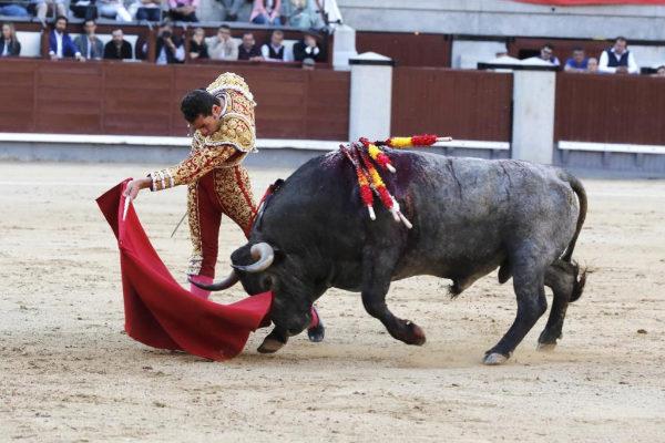 Inicio de pase de pecho de Pepe Moral a un toro de Victorino, el pasado Domingo de Ramos en las Ventas.