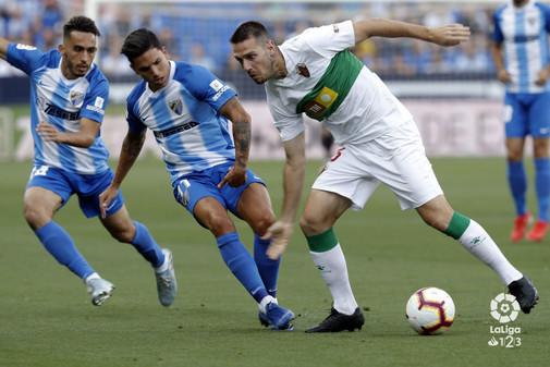 Una de las jugadas del partido, disputado en La Rosaleda de Málaga