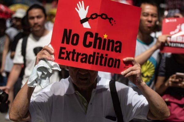 Un manifestante con una pancarta contra las extradiciones a China.