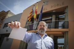 El alcalde de Massalfassar, Carles Fontestad, muestra un sobre frente a las puertas del Ayuntamiento.