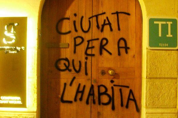 Pintada de 'Ciutat per a qui l'habita'.