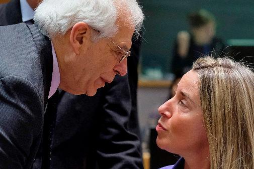 Josep Borrell saluda a Federica Mogherini