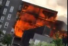 Un espectacular incendio arrasa un edificio residencial
