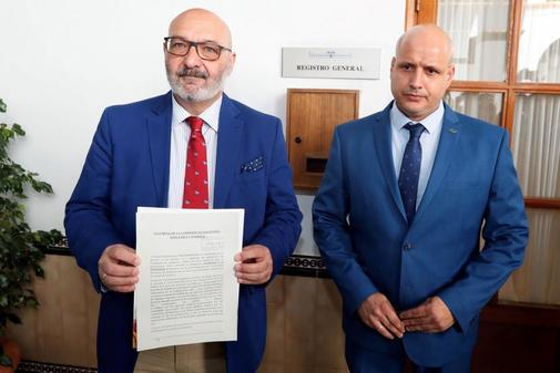 El portavoz parlamentario de Vox, Alejandro Hernández, y el de Hacienda, Rodrigo Alonso, con la enmienda a los presupuestos.
