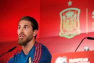 GRAF6025. MADRID.- El capitán de la selección española de fútbol, <HIT>Sergio</HIT> <HIT>Ramos</HIT>, durante la rueda de prensa que ha ofrecido esta tarde en el estadio Santiago Bernabéu, en Madrid, para hablar del encuentro clasificatorio para la Eurocopa 2020 que disputan mañana lunes frente a la selección de Suecia.