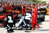Vettel cambia los carteles de las posiciones al final de la carrera.