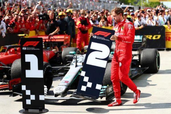 Vettel cambia los carteles de posición en el parque cerrado de Montreal.